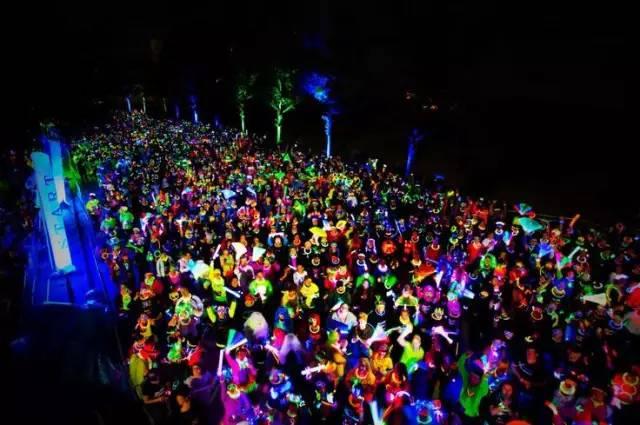 """荧光夜跑,一项被称为是""""地球上最闪亮的5公里赛跑""""活动"""